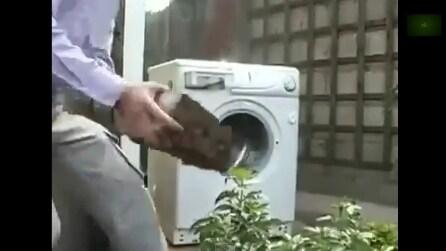 Ecco cosa succede se buttate un mattone in una lavatrice in funzione