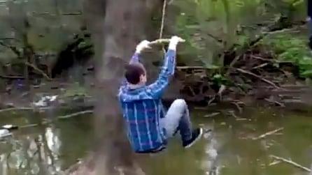 Tenta di attraversare il fiume come Tarzan, ma qualcosa va storto