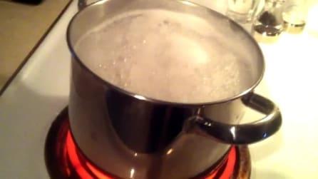 Il metodo più efficace per non far traboccare una pentola piena d'acqua in ebollizione