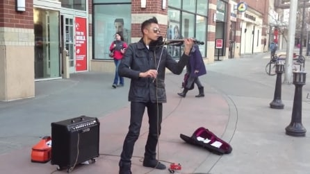 La magica melodia col violino di un artista di strada