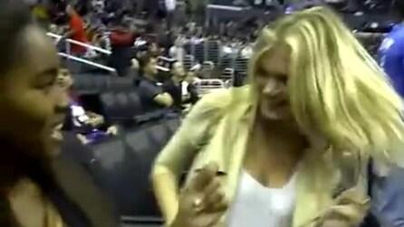 Kate Upton balla durante una partita di basket