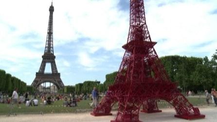 Parigi, Mini Torre Eiffel realizzata con 324 sedie Bistro