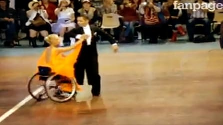 Lei danza sulla sedia a rotelle, lui l'accompagna: un video che emoziona
