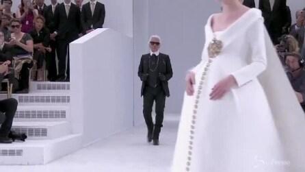 Una modella sposa incinta sfila per Chanel al braccio di Lagerfeld
