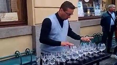 Praga, concerto con i bicchieri di un artista di strada