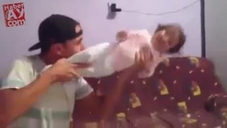 """Usa la figlia come un """"mitra"""" e spara!"""