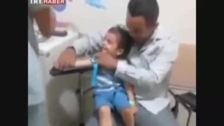 Il bambino che non ha paura delle siringhe, se la ride allegramente