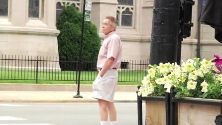 La reazioni dei passanti a un complimento inaspettato