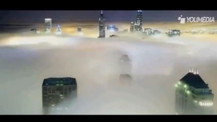 Grattacieli oltre la nebbia, spettacolo di luci nel cielo di Chicago