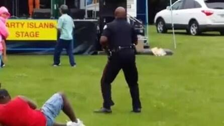 Poliziotto in servizio, dimentica la divisa e balla a ritmo di musica