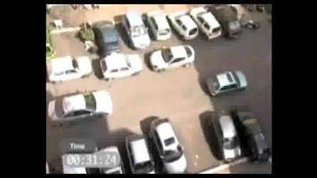 Una ragazza che ha molte difficoltà nel parcheggio