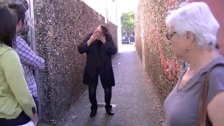 Scherzo da brividi: il mago starnutisce e la testa si stacca dal collo!
