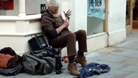 Anziano mendicante suona divinamente con due cucchiai