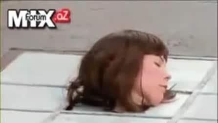 Perde la testa per strada (candid camera)
