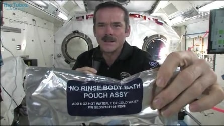 Lavarsi le mani nello spazio non è poi così facile...