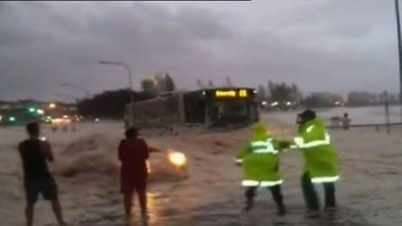 Australia, dalla strada piena di schiuma esce improvvisamente un auto