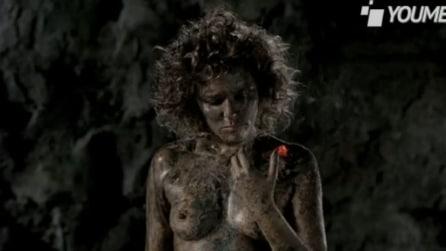 Valeria Golino nuda per Greenpeace: spot choc contro la moda che inquina