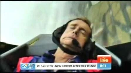 Un giornalista sviene in volo durante la diretta, ma è uno scherzo