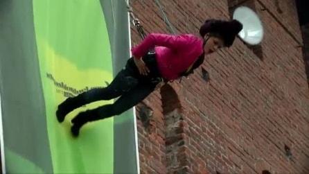 Sfilata acrobatica a Milano: modella cammina sulle mura del Castello Sforzesco