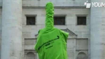 Greenpeace dedica questo dito all'industria della moda