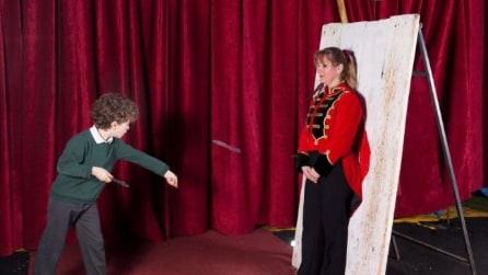 Edward il bimbo di 10 anni lanciatore di coltelli