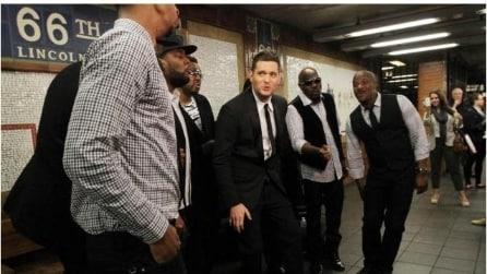 Michael Bublé improvvisa Who's Lovin You nella metro di NYC