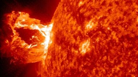 Spettacolare eruzione solare, generata un'onda gigante di plasma