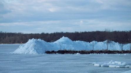 Uno tsunami di ghiaccio si abbatte sulle abitazioni