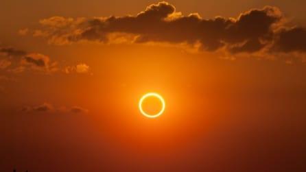 Australia, il sole si trasforma in un anello di fuoco