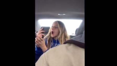 Video-selfie dei selfie bizzarri della figlia, ecco le immagini virali