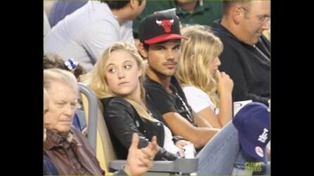 Taylor Lautner e Maika Monroe al Dodger Stadium di Los Angeles