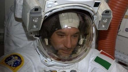 """Parmitano interrompe la passeggiata nello spazio: """"C'è acqua nel mio casco"""""""