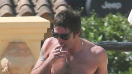 Liam Gallagher si gode le vacanze ad Ibiza con una bruna misteriosa