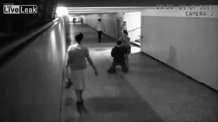 Ragazza picchia il ladro e lo stende a terra