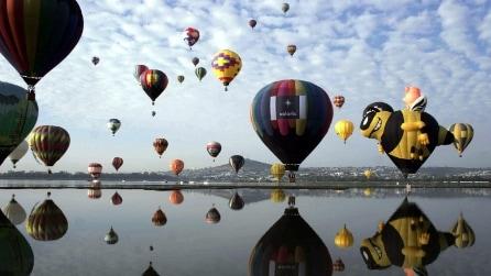 In Francia il festival delle mongolfiere: 400 palloni in cielo