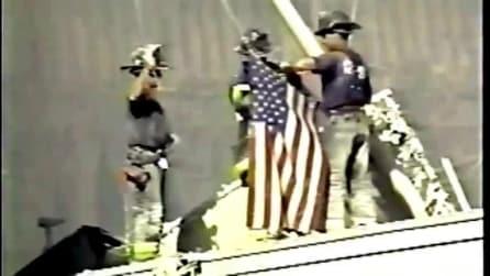 """""""Raise the flag"""", i tre pompieri issano la bandiera degli States su Ground Zero"""