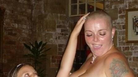 La sposa si rasa a zero nel giorno del matrimonio