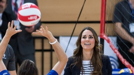 Kate Middleton gioca a pallavolo con i tacchi alti