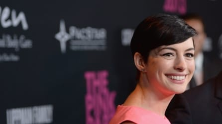 Anne Hathaway, Kate Beckinsale, Paz Vega in rosa, rosso e nero sul pink carpet