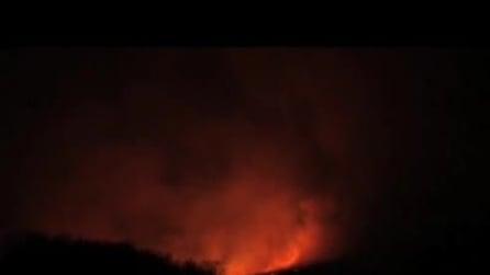 Spettacolare eruzione notturna dell'Etna dopo 16 giorni di calma