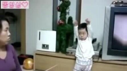 Bambina costretta ad una rigida disciplina dalla mamma