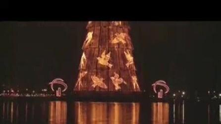 Acceso a Rio l'albero di Natale galleggiante