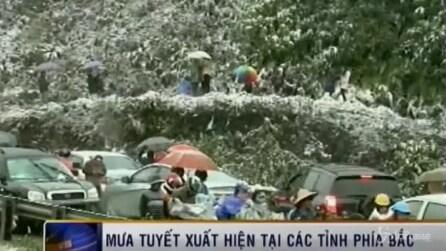 Vietnam, eccezionale nevicata nel nord: gente per strada si ferma a guardare