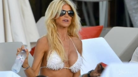 Victoria Silvstedt in vacanza a Saint Barths, sexy look in total white