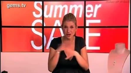 Insultata dallo staff tecnico in diretta Tv, viene licenziata per aver mostrato il dito medio