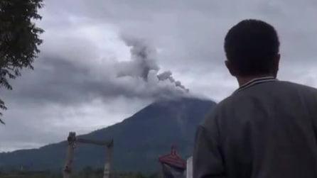 Indonesia, erutta il vulcano Sinabung: allerta massima, evacuate 19 mila persone
