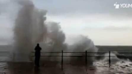 Sfidano onde altissime sul lungomare di Penzace in Cornovaglia