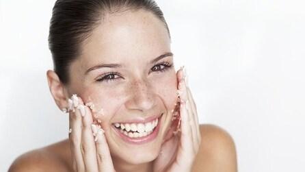 Crea uno scrub viso al cacao per una pelle luminosa e perfetta