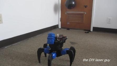 Studente costruisce in casa un laser drone robot, ecco come funziona