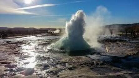 """Cosa succede quando """"esplode"""" un geyser? Spettacolo mozzafiato"""